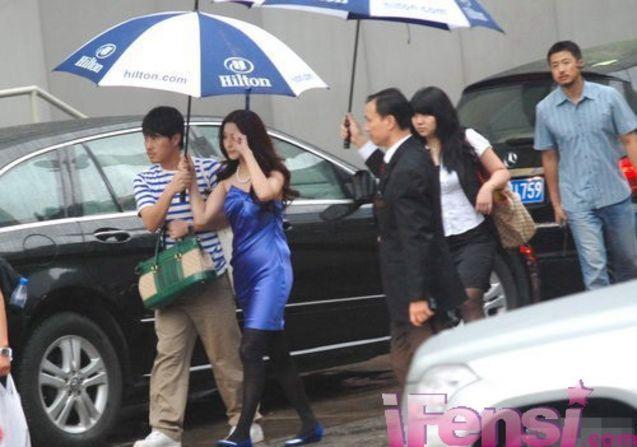范冰冰/日前范冰冰身着蓝色礼服参加《非常完美》首映典礼。
