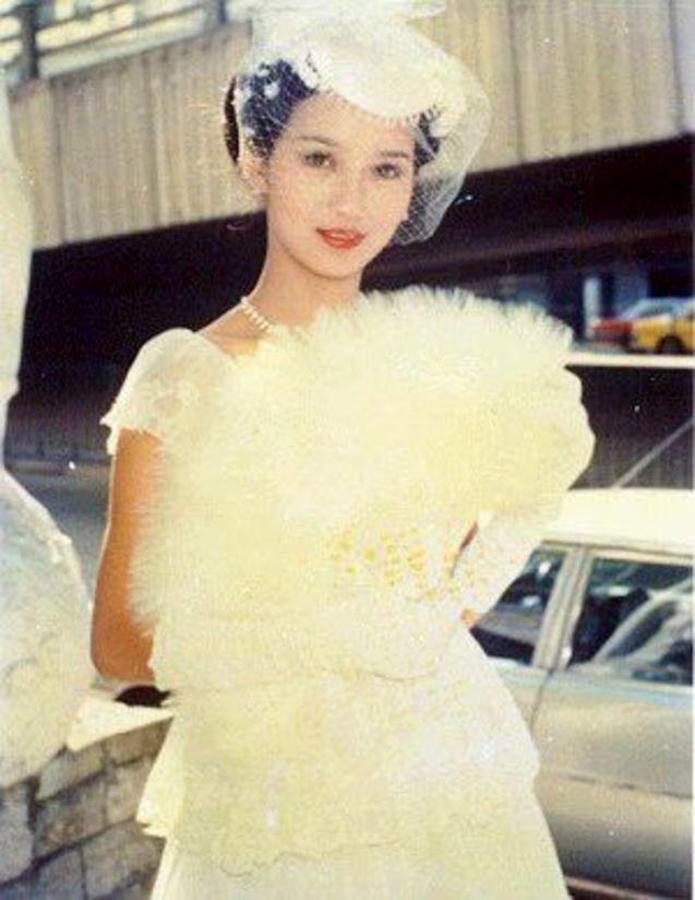 赵雅芝/网友曝光了一组赵雅芝早年的婚纱照,又有气质又漂亮。