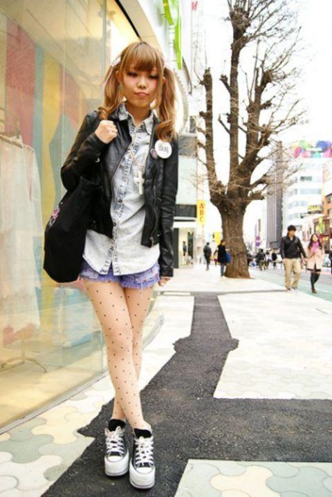 日本 复古/牛仔衬衫搭配黑皮衣、紫色短裤,很COOL的一身装扮在双辫子的...