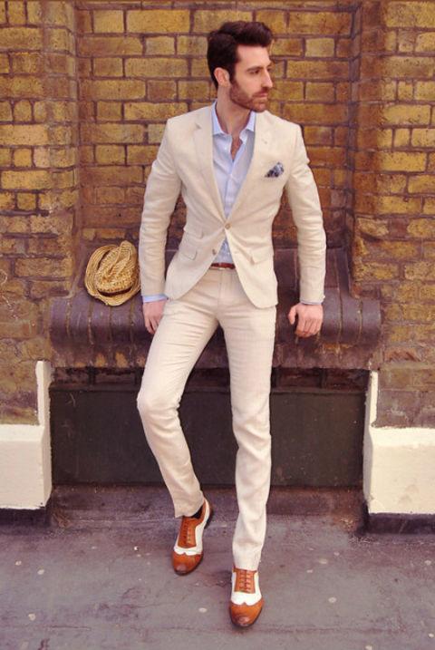 清新 范儿/奶茶色的西装搭配马卡龙蓝色的衬衫,清新干净。拼色的鞋子时尚...